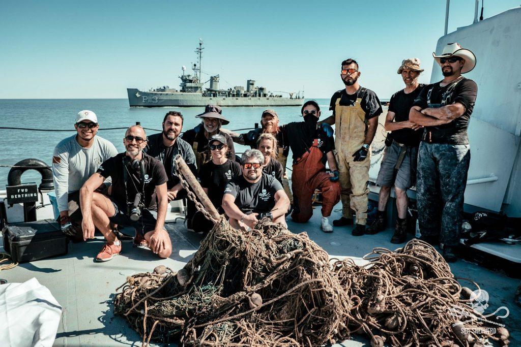Tripulacao da Sea Shepherd com a primeira rede da estação.