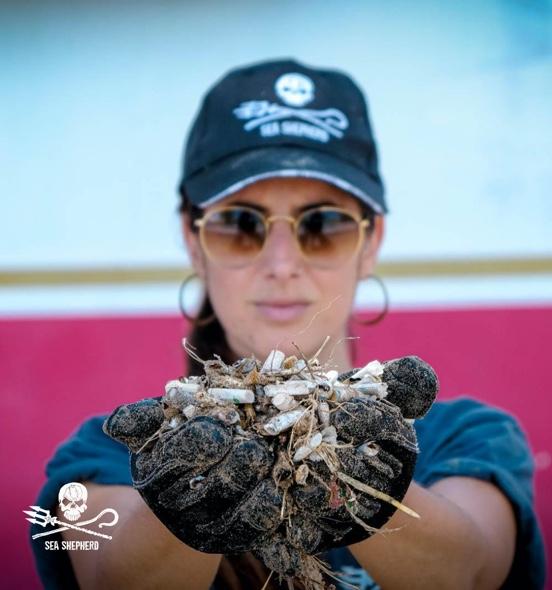Voluntária segurando bitucas