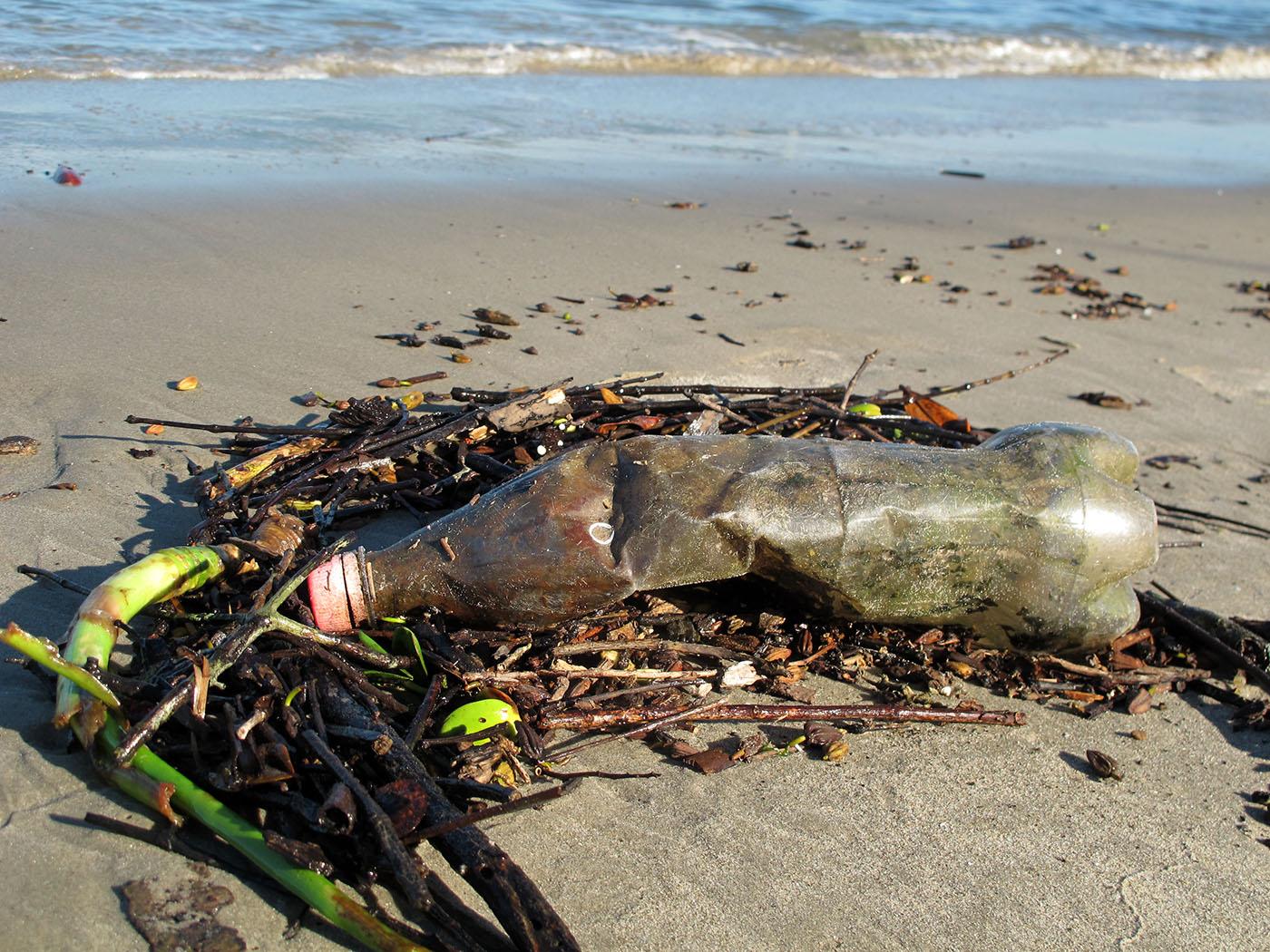Garrafa jogada em praia