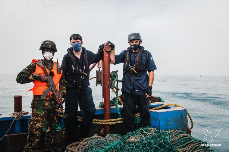 Capitão Peter Hammarstedt e Marinha de Serra Leoa a bordo de traineira apreendida. Foto por Alice Gregoire / Sea Shepherd