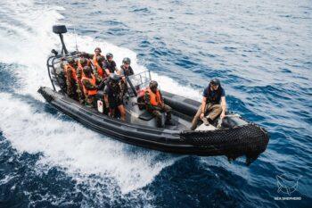 Marinha de Serra Leoa a bordo de pequeno barco da Sea Shepherd. Foto por Alice Gregoire / Sea Shepherd