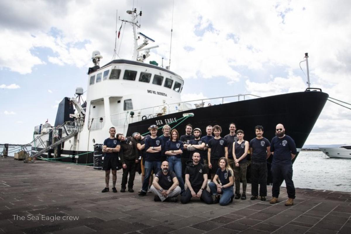 Tripulação em frente ao navio Sea Eagle