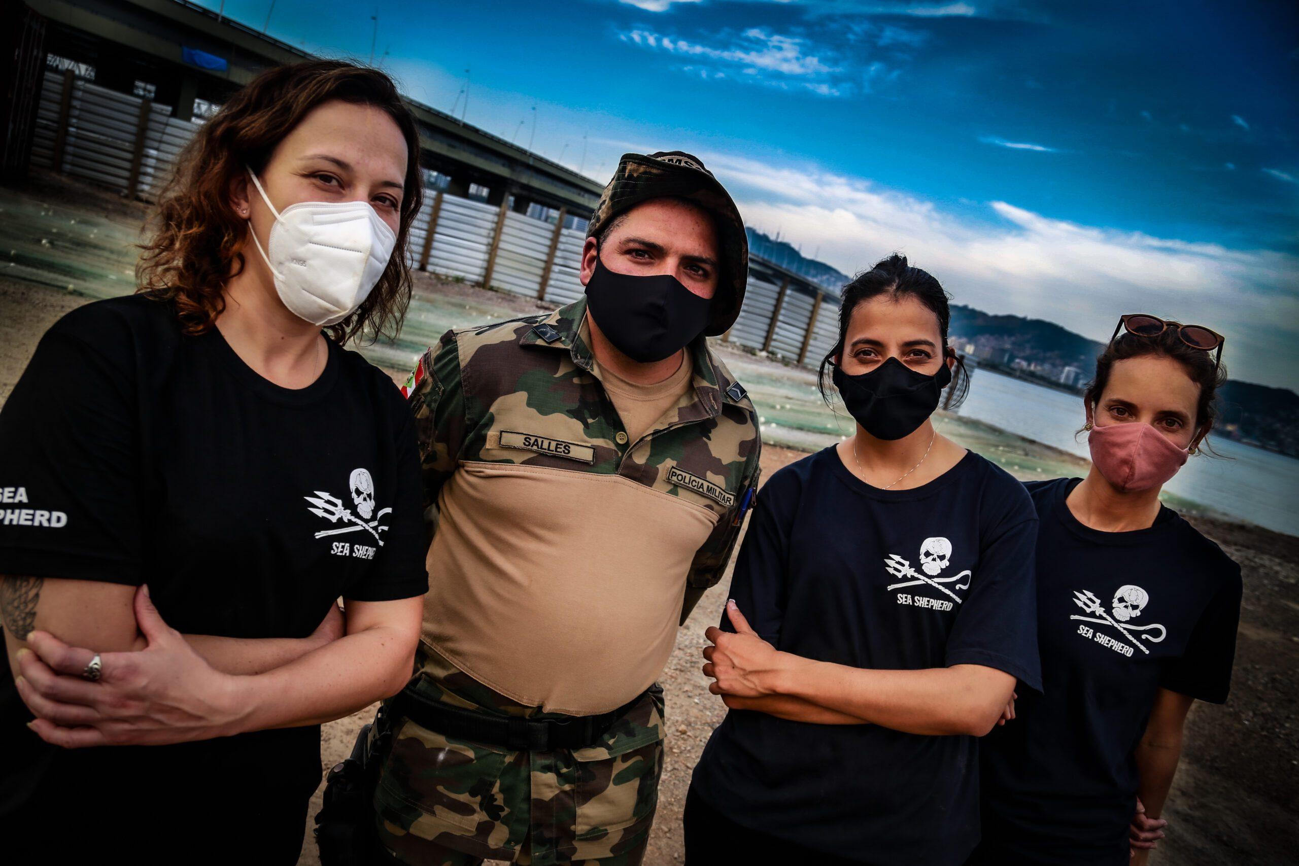 Voluntários da Sea Shepherd com Policial Militar