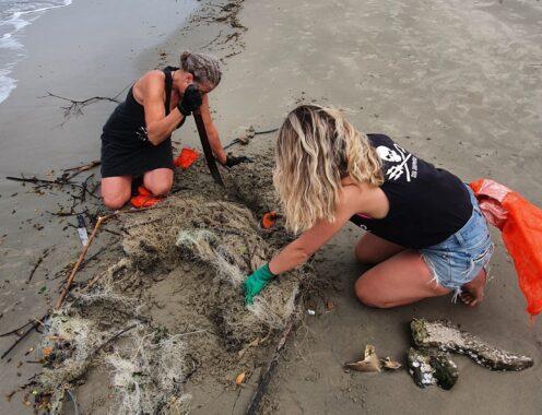 Voluntárias recolhem rede de pesca em Santa Catarina