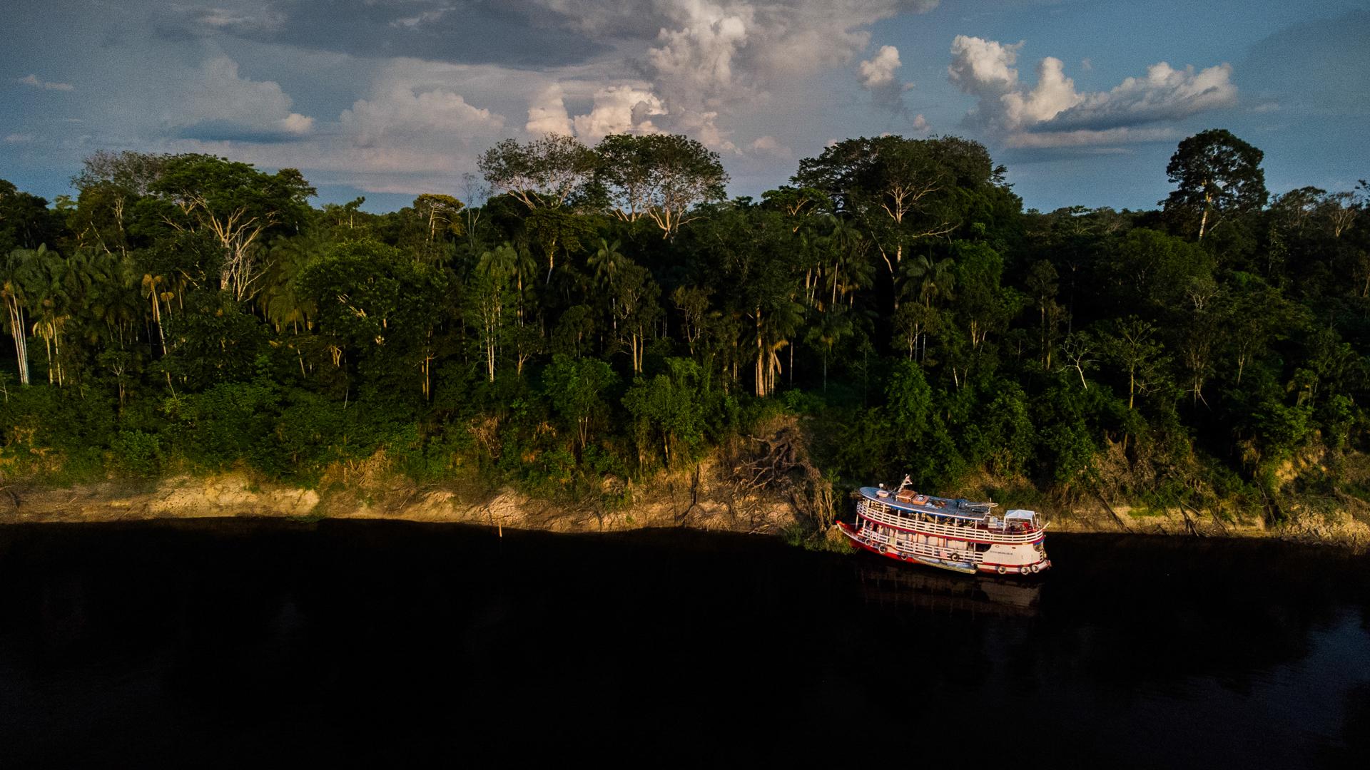 Navio da Sea Shepherd na margem do rio, visto por drone